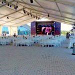 Внутри тента установили сцену, расставили столики и стулья для гостей и газовые «Грибки» для обогрева