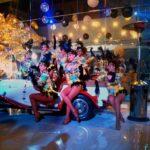 Красотки в костюмах танцовщиц кабаре стали настоящим украшением вечеринки в стиле Гэтсби