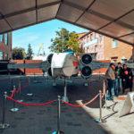Відвідувачі фотографуються на тлі винищувача X-Wing з «Зоряних Воєн»