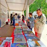 В тентах расположились представители книжных издательств