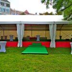 Великий шатер «Ультра» для банкету встановили на спеціальному помості