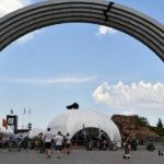 Купольні тенти «Орбіт» біля Арки дружби народів