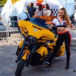 Учасниця MotoOpenFest-2021 на локації біля Арки дружби народів